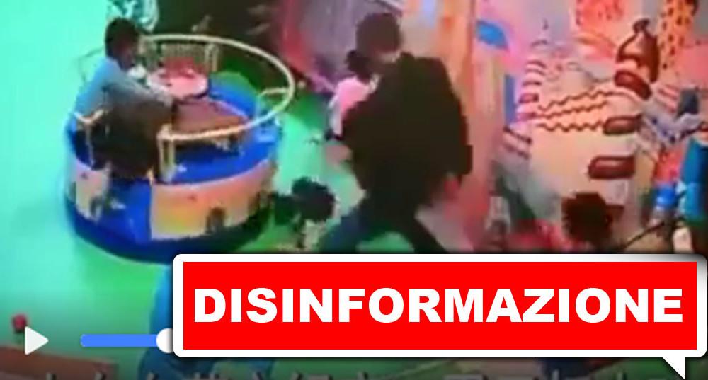 disinformazione-uomo-calcia-bambino-video